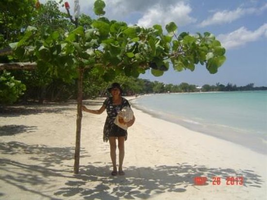 ClubHotel Riu Negril: Lunesa under a mangrove tree branch with beautiful beach scenery on her back