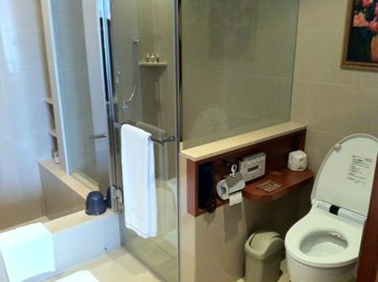 San Want Residences: Shower booth