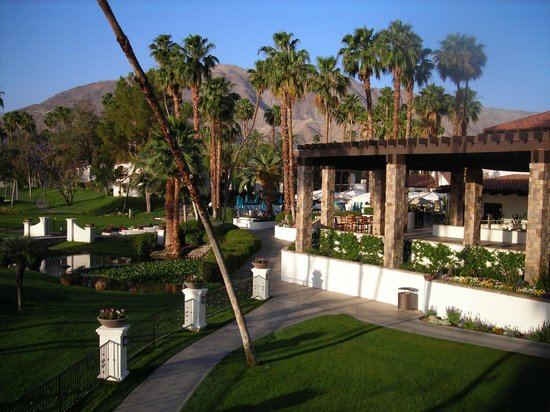 Rancho Las Palmas Resort & Spa: View from the room. Restaurant & adult pool.