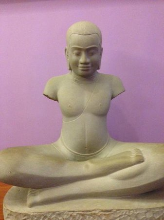 Steung Siemreap Hotel: Statue at ground floor
