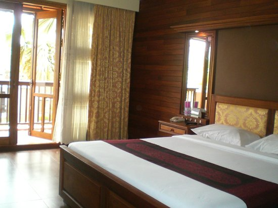 City River Hotel: spacious room with balcony