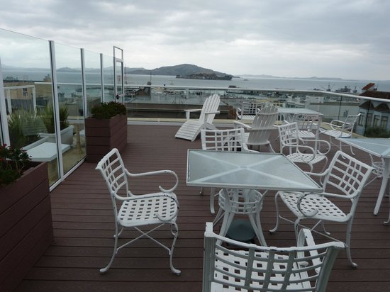 Suites at Fisherman's Wharf: Roof top seating with view of Alcatraz