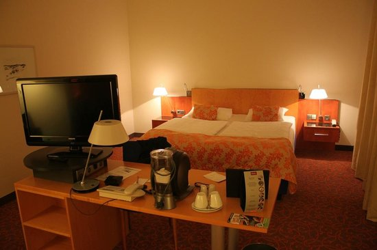 Mercure Hotel & Residenz Berlin Checkpoint Charlie : A spacious room with an excellent bed