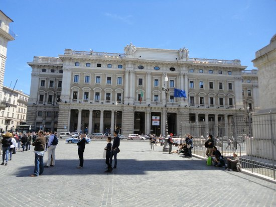 Hotel Nazionale A Montecitorio: Government building across the square