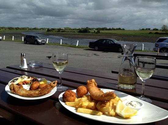 Kilcolgan, Irland: fresh fish in the sunshine with a glass of Pino .....perfect