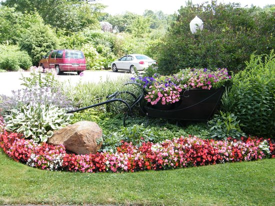 Strawberry Hill Seaside Inn: Flowers in the summer in our antique sleigh