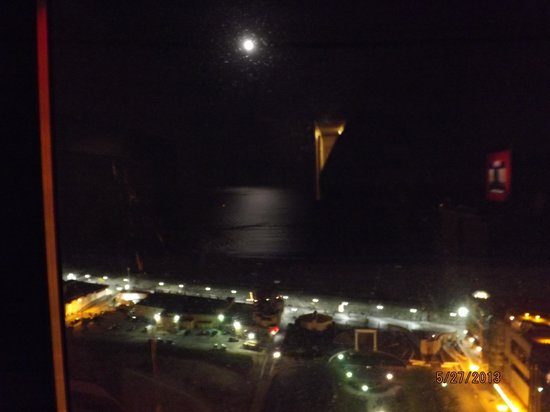 ‪‪Bally's Atlantic City‬: moon on water.(sorry blurry) but was beautful‬
