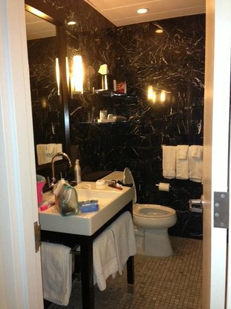 On The Ave Hotel: Bathroom of room 407