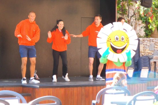 H10 Mediterranean Village: entertainment team and daisy at 10am