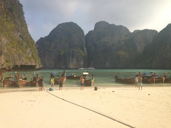 Maya Bay Sleep Aboard: Crowded beach