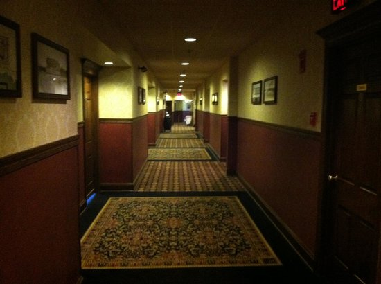 Fitger's Inn: 4th floor hallway