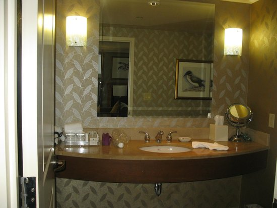 Casino Rama: Spacious bathroom counter