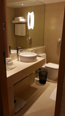Holiday Inn Bangkok: Bathroom of Superior Room