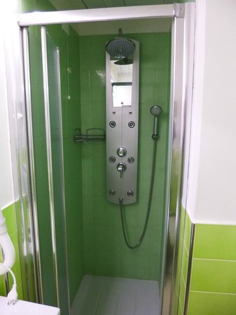 La Piazzetta Sorrento: The shower in the green room