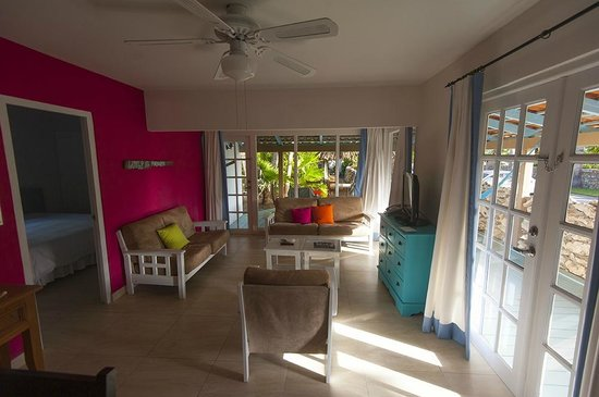 Boardwalk Hotel Aruba: looking out to the patio through living area