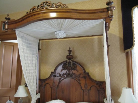 Garth Woodside Mansion Estate: Rosewood Room Bed