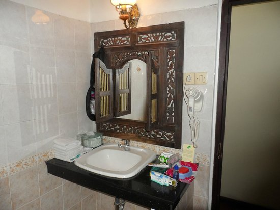 Adi Dharma Cottages: nice mirror