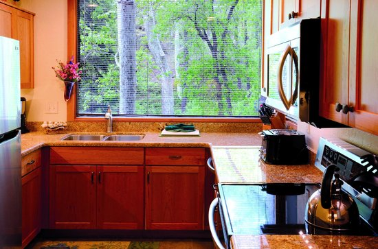 Junipine Resort: Full kitchen in every creekhouse