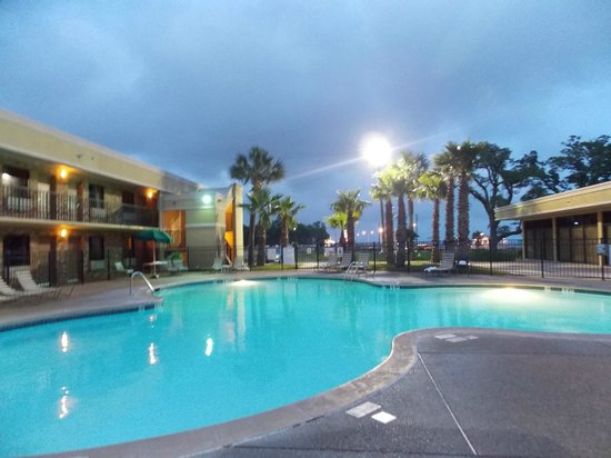 Quality Inn Biloxi: Great pool! (right across from the beach )