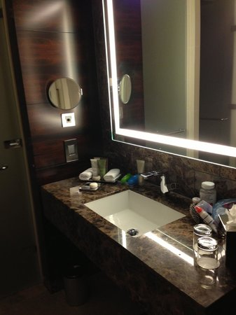 InterContinental London Westminster: Beautiful bathroom with dark marble vanity, wood panels, and lighted mirror