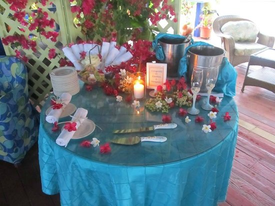 Hibiscus Beach Resort: The champagne table where we cut the cake.