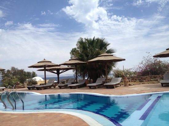 The Bedouin Moon Hotel: Pool overlooking the sea