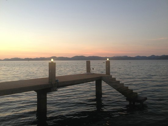 Chindonan Island Resort & Divecenter: Dock at sunset