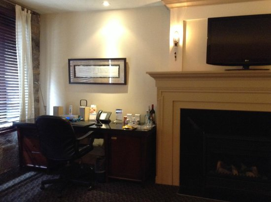 Hotel Nelligan: Large desk, flat screen and electric fireplace