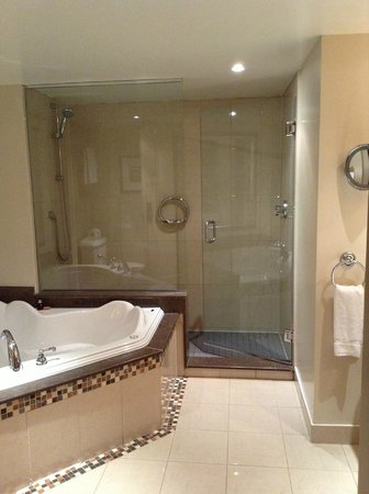 Hotel Nelligan: Spacious bathroom with a jacuzzi for two