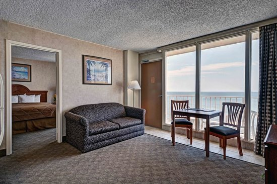 Comfort Inn at the Beach: King Suite Living Room