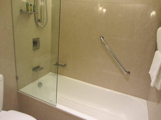 Hilton Cairns: Not fond of showers in bathtubs though