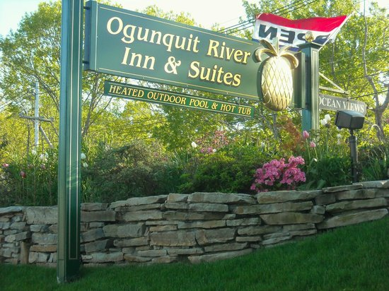 Ogunquit River Inn and Suites: Road sign and flowers