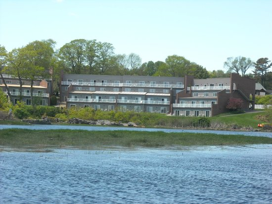 Ogunquit River Inn and Suites: Back of inn taken while kayaking on the river