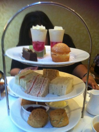 Hilton London Green Park: Finger sandwiches, scones and desserts!