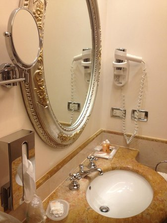 Hotel Canal Grande: The bathroom