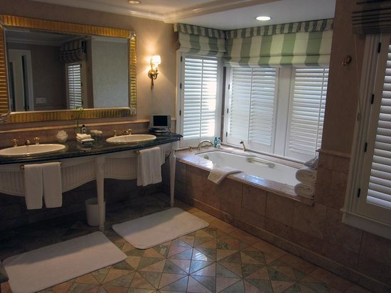 The Beverly Hills Hotel: Large bathroom in superior bungalow suite 6A