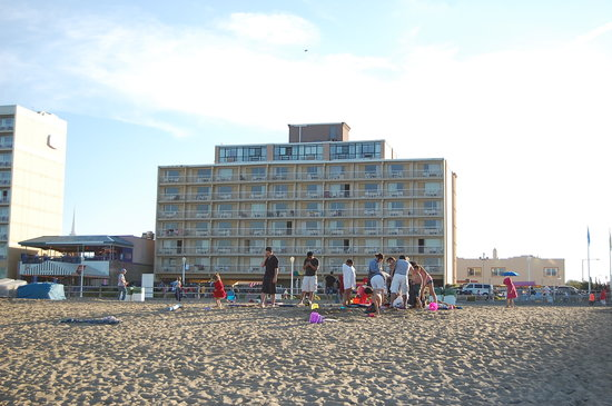 Travelodge Virginia Beach: view of hotel from the beach