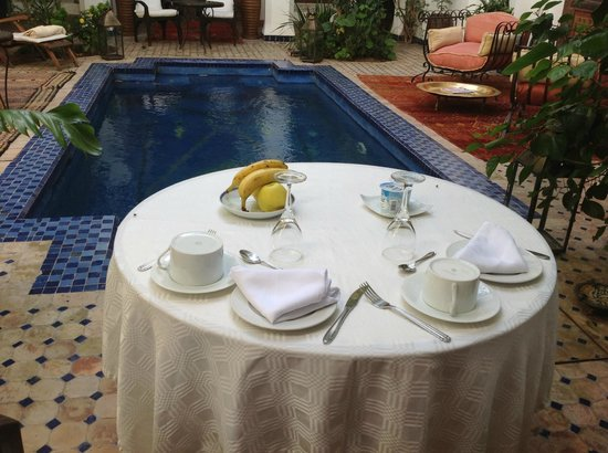 Riad Les Yeux Bleus: Awaiting breakfast by the pool
