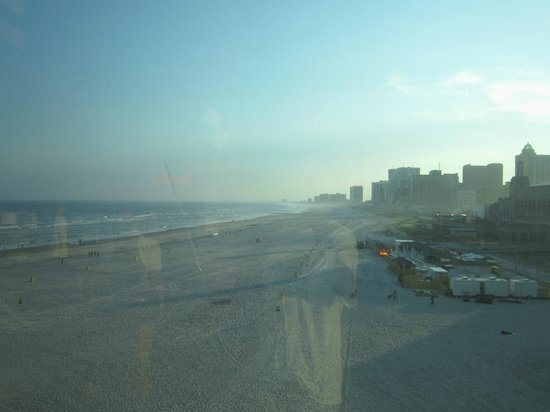 Harrah's Resort Atlantic City: View of the beach away from the Hotel.