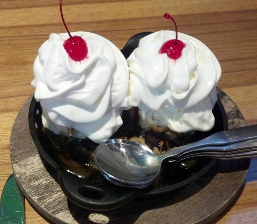 Best Dessert Places Twin Cities: Twin Peaks Sundae For Dessert