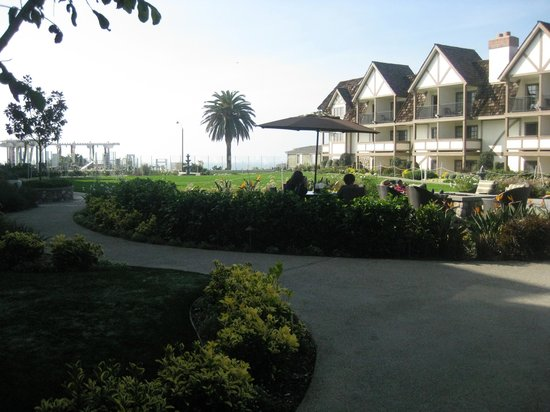 Grand Pacific Palisades Resort and Hotel: Beautiful grounds with path leading to beach.