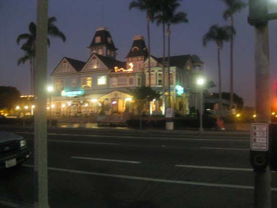 Grand Pacific Palisades Resort and Hotel: Carlsbad at night