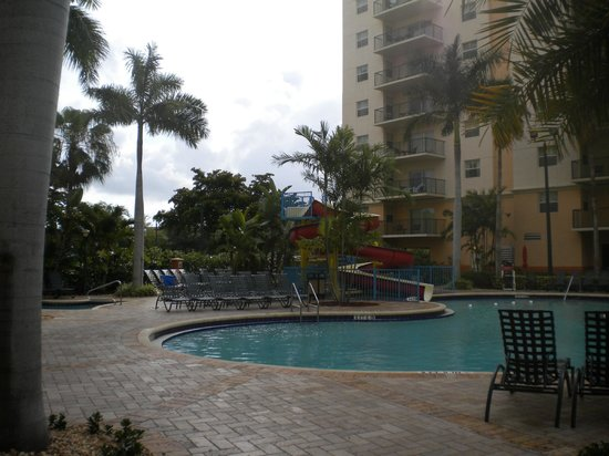 Wyndham Palm-Aire: Sabal Palm building, pool side