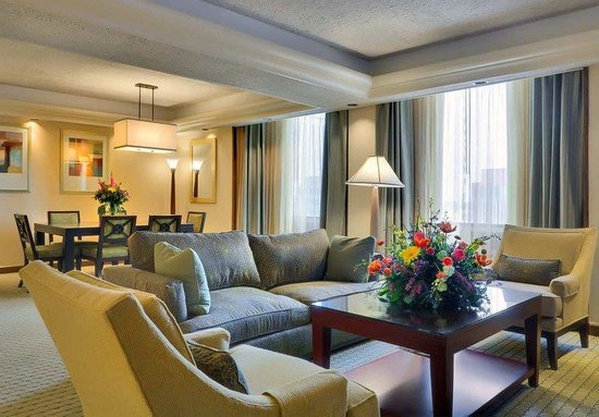 Doubletree Hotel Omaha - Downtown: Presidential Suite Living Room
