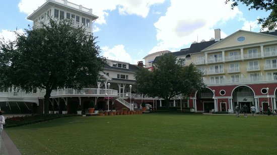 Disney's Boardwalk Inn: Center grounds and porch facing the lake (behind entrance and lobby)