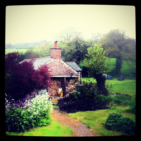 Графство Камбрия, UK: The back part of the cottage - and surroundings