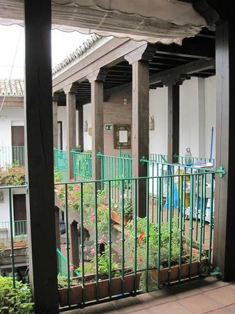 El Rey Moro Hotel Boutique Sevilla: Walkway around courtyard - view from our room