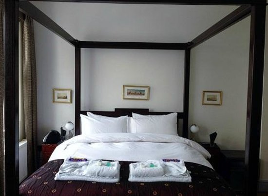 The Griffin Guest House: Room 4: Four Poster bed + chocolate