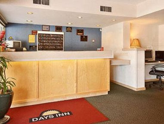 Days Inn - Iowa City Coralville: Lobby