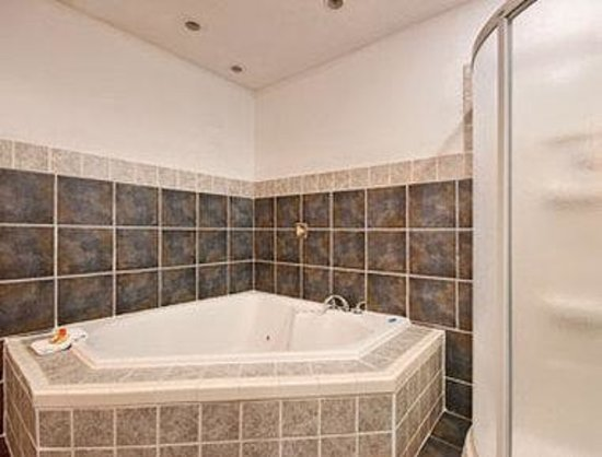 Days Inn - Iowa City Coralville: Jacuzzi Suite